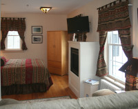 North Woods/Father's-2 Room  Suite -1 queen room, priv. bath, gas fireplace, couch and TV-perfect for families or couples.
